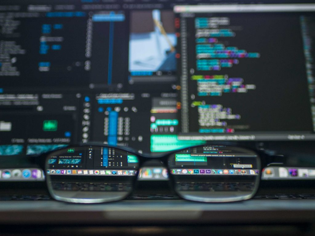 Artificial Intelligence Trends 2020: a code on monitors seen through the glasses